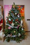 与五颜六色的装饰品的圣诞树, 库存照片