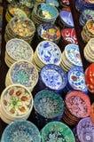 与五颜六色的装饰的典型的盘待售在市场上 库存图片