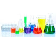 与五颜六色的试剂的实验室玻璃器皿 库存图片