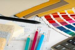 与五颜六色的调色板,皮革样品的内部项目 免版税库存图片