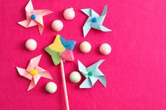 与五颜六色的轮转焰火和蛋白软糖的一个五颜六色的星形状棒棒糖在桃红色背景 免版税库存图片