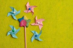 与五颜六色的轮转焰火的一个五颜六色的星形状棒棒糖在黄色背景 免版税库存照片