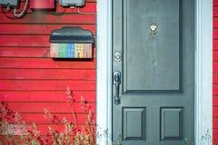 与五颜六色的邮箱的门道入口在圣约翰斯,纽芬兰,加拿大 免版税库存图片