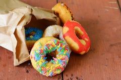 与五颜六色的釉的油炸圈饼 库存照片