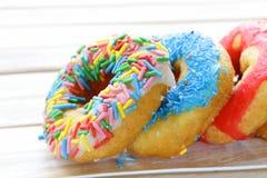 与五颜六色的釉的油炸圈饼 免版税库存照片