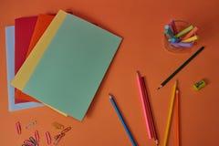 与五颜六色的铅笔和笔记本的学校用品 库存图片