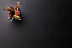 与五颜六色的铅笔的办公室皮革书桌桌 库存照片