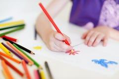 画与五颜六色的铅笔的逗人喜爱的女孩一张图片 库存图片