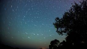 与五颜六色的银河的夜风景和在山的黄灯 与小山的满天星斗的天空在夏天 美丽 库存照片