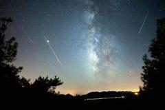 与五颜六色的银河的夜风景在山 免版税库存照片