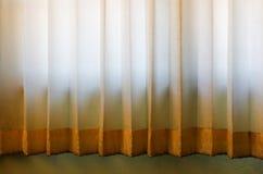 与五颜六色的镶边帷幕的室窗口,关闭 免版税库存图片