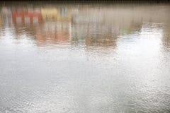 与五颜六色的门面的反射的抽象水背景 免版税库存照片