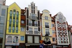 与五颜六色的门面的连栋房屋在Kolobrzeg 免版税库存图片