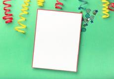 与五颜六色的飘带的在明亮的backgr的空插件和五彩纸屑 免版税图库摄影