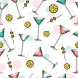 与五颜六色的饮料的马蒂尼鸡尾酒玻璃在被刻记的样式 鸡尾酒的无缝的样式在白色背景的 库存例证