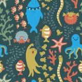 与五颜六色的鱼、海星和乌贼的明亮的无缝的样式 库存照片