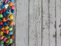 与五颜六色的贝壳的木白色桌 免版税库存照片