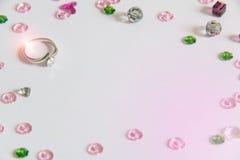 与五颜六色的水晶装饰的钻戒 库存照片