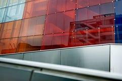 与五颜六色的玻璃的大厦 免版税图库摄影