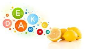 与五颜六色的维生素标志和象的健康果子 免版税图库摄影