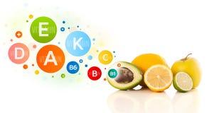 与五颜六色的维生素标志和象的健康果子 库存图片