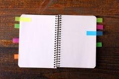 与五颜六色的贴纸的笔记本纸 免版税库存图片