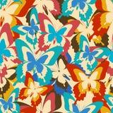 与五颜六色的蝴蝶的葡萄酒背景无缝的样式 库存照片