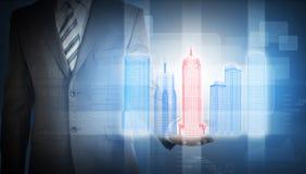 与五颜六色的3d城市模型和图表的商人 免版税库存照片