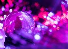 与五颜六色的bokeh光的圣诞树地球 免版税库存图片
