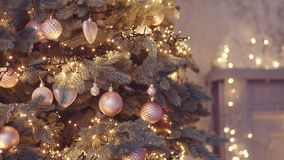 与五颜六色的bokeh和圣诞灯的圣诞树 股票视频