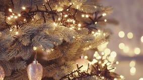 与五颜六色的bokeh和圣诞灯的圣诞树 股票录像