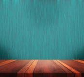 与五颜六色的bokeh图象的空的棕色木桌表面摘要背景,产品显示蒙太奇的 图库摄影