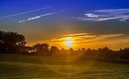 与五颜六色的sunflare的日落 免版税库存图片