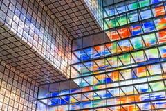 与五颜六色玻璃wal的内部现代大厦 免版税库存照片
