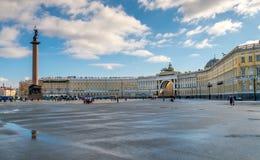 与亚历山大专栏的宫殿正方形 免版税库存照片