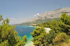 与亚得里亚海的Biokovo山Tucepi的,克罗地亚 免版税库存照片