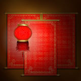 与亚洲装饰品和中国灯笼的红色纸卷 库存图片
