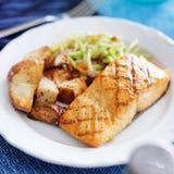 与亚洲slaw的烤三文鱼 库存图片