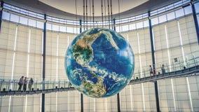 与交互式投射的地球在涌现的科学和创新里面,Miraikan,东京,日本国家博物馆  免版税图库摄影