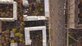 与交叉路、路、房子、大厦、公园和停车场的空中城市视图 夹子 宽路的顶视图 影视素材