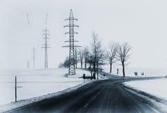 与交叉路和出口的偏僻的冬天风景 库存照片