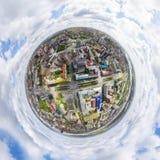 与交叉路和路,房屋建设的空中城市视图 直升机射击 全景的图象 库存照片