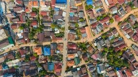 与交叉路的空中城市视图和路、房子、大厦、公园和停车场,桥梁 直升机射击 免版税库存照片