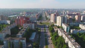 与交叉路的空中城市视图和路、房子、大厦、公园和停车场,桥梁 都市的横向 直升机 股票视频