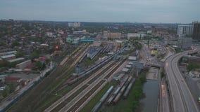 与交叉路的空中城市视图和路、房子、大厦、公园和停车场,桥梁 都市的横向 直升机 股票录像