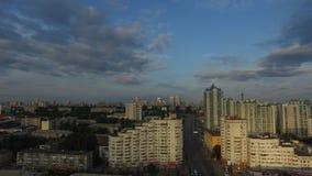 与交叉路的空中城市视图和路、房子、大厦、公园和停车场,桥梁 都市的横向 库存照片