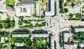与交叉路的空中城市视图和路、房子、大厦、公园和停车场 晴朗的夏天全景图象 库存照片
