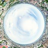 与交叉路的空中城市视图和路、房子、大厦、公园和停车场 晴朗的夏天全景图象 免版税库存照片