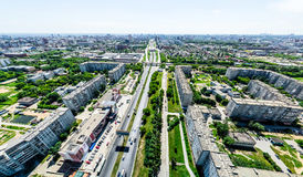 与交叉路的空中城市视图和路、房子、大厦、公园和停车场 晴朗的夏天全景图象 免版税图库摄影