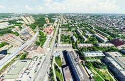 与交叉路的空中城市视图和路、房子、大厦、公园和停车场 晴朗的夏天全景图象 图库摄影
